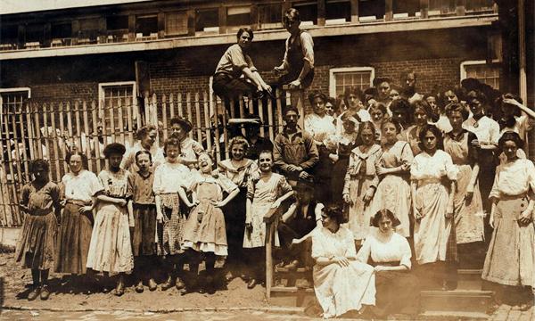 Child Labor - Girls - American Tobacco Co Factory, Wilmington, DE (Lewis Hine 1910)